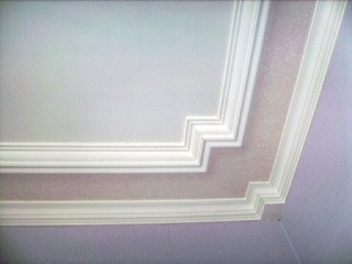 Клеем багет на потолок
