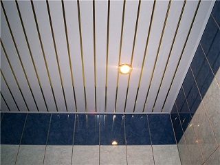 Монтаж потолка из панелей ПВХ